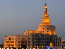 Mezquita espiral en Doha, Qatar en la oscuridad fotografía de archivo