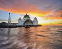 Mezquita flotante majestuosa durante puesta del sol foto de archivo