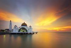 Mezquita flotante majestuosa durante puesta del sol imagen de archivo