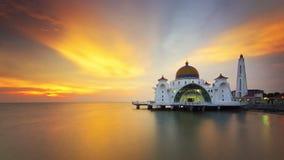 Mezquita flotante majestuosa durante puesta del sol fotografía de archivo
