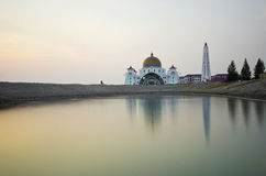 Mezquita flotante majestuosa en los estrechos de Malaca durante puesta del sol fotos de archivo