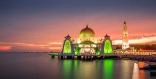 Mezquita hermosa durante puesta del sol Imágenes de archivo libres de regalías