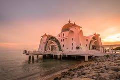 Mezquita hermosa durante puesta del sol Imagenes de archivo