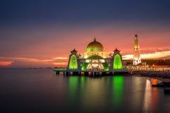 Mezquita hermosa durante puesta del sol Foto de archivo