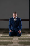 Mezquita humilde de Muslim Prayer In del hombre de negocios Imágenes de archivo libres de regalías
