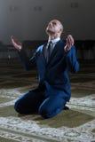 Mezquita humilde de Muslim Prayer In del hombre de negocios Imagen de archivo libre de regalías