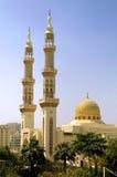 Mezquita islámica con los alminares imagen de archivo libre de regalías