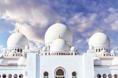Mezquita magnífica en Abu Dhabi en el fondo de nubes dramáticas en el cielo fotos de archivo