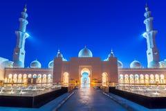 Mezquita magnífica en Abu Dhabi en la noche Fotos de archivo