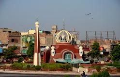 Mezquita moderna en el cruce giratorio Multan Paquistán del tráfico del centro de ciudad imagen de archivo libre de regalías