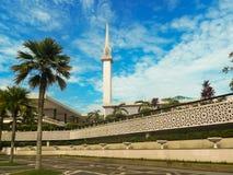 Mezquita moderna en Malasia tropical Fotos de archivo libres de regalías