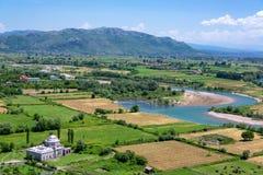 Mezquita y campos de la ventaja en Shkoder, Albania fotografía de archivo libre de regalías