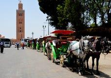 Mezquita y carros en Marrakesh Imagenes de archivo