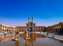Mezquita y cuadrado en Yazd imagen de archivo