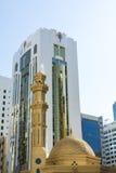 Mezquita y edificios modernos Abu Dhabi Fotografía de archivo