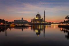 Mezquita y primer ministro oficina malasio de Putra durante salida del sol en Putrajaya, Malasia Fotografía de archivo