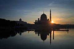 Mezquita y primer ministro oficina malasio de Putra durante salida del sol en Putrajaya, Malasia Imágenes de archivo libres de regalías