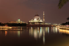 Mezquita y Putra Perdana de Putra en la puesta del sol Foto de archivo libre de regalías