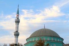 Mezquitas y cielo azul imagenes de archivo