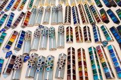 Mezuzah variopinto di vetro fatto a mano venduto al mercato dell'artigianato Tel Aviv fotografia stock