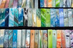 Mezuzah variopinto di vetro fatto a mano venduto al mercato dell'artigianato Tel Aviv immagini stock libere da diritti