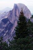 Mezza cupola come visto dalla valle di Yosemite Fotografie Stock Libere da Diritti