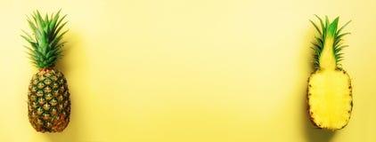 Mezza fetta di ananas fresco e di intera frutta su fondo giallo bandiera Vista superiore Copi lo spazio Ananas luminosi Fotografie Stock Libere da Diritti