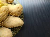 Mezza immagine della borsa della patata della maglia immagine stock libera da diritti