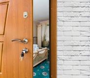 Mezza porta aperta di una camera da letto classica, primo piano della maniglia Fotografia Stock Libera da Diritti