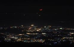 Mezzaluna rossa sopra la luce della città Fotografie Stock Libere da Diritti