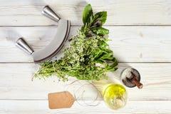 Mezzalunames, boeketgarni, olijfolie en zout Stock Fotografie
