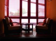 Mezzanine geleverde ruimte lange vensters stock afbeelding