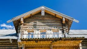 Mezzanine van het boerhuis met houten gravures Royalty-vrije Stock Foto's