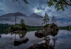 Mezzanotte sul lago Hintersee germany immagine stock