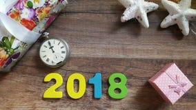 mezzanotte sul vecchio orologio fra i regali di Natale sulla tavola di legno Fotografie Stock Libere da Diritti