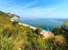 Mezzavalle-Strand adriatisches Meer des Sommers Stockfoto