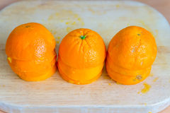 Mezze arance schiacciate sulla tavola di legno immagine stock