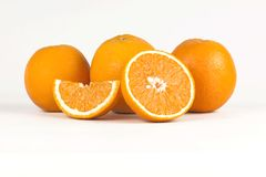 Mezze ed arance isolate succose su fondo bianco Fotografia Stock Libera da Diritti