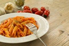 Mezze penne mit Tomatensauce und Oregano Stockfotos