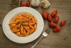 Mezze penne mit Tomatensauce und Oregano Stockbild