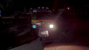 Mezzi di trasporto comodi nel tuk-tuk dell'India stock footage