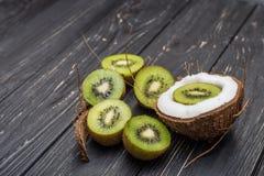 Mezzi kiwi e noce di cocco Fotografia Stock Libera da Diritti