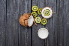 Mezzi noce di cocco e kiwi Fotografia Stock Libera da Diritti