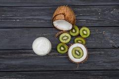 Mezzi noce di cocco e kiwi Immagine Stock