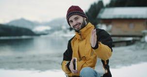 In mezzo al lago di stupore e foresta nevosa e montagna felici e primo piano turistico carismatico che si siede in una barca e stock footage