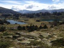 In mezzo alle alte montagne, un viewsight di tre laghi nella riserva di alto neouvielle Francia dei Pirenei, Immagine Stock