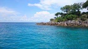 Mezzo del cielo blu del mare e di piccola isola, immagine stock libera da diritti