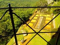 Mezzo della roccia di Sunny Sigiriya fotografie stock libere da diritti