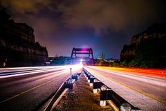 Mezzo delle luci dell'automobile del ponte di Pennybacker 360 della strada principale Fotografia Stock