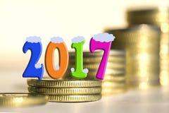 2017 in mezzo delle monete delle barre Fotografia Stock